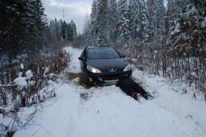Kepillä on ihan hyvä kaivaa lunta auton alta pois