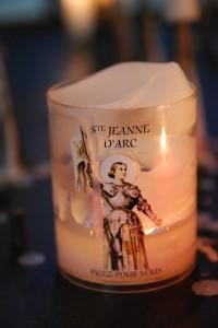 katetraalissa paloi useita Jeanne D'Arc-kynttilöitä