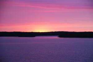 Auringonlasku laivan kannelta nähtynä