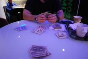 Joutessamma läiskimme korttia pöytään.
